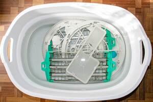 加湿機能付き空気清浄機ACK75Lの水車の枠と対向極板をつけ置き中
