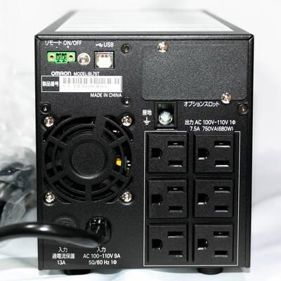オムロン UPS BL75Tの背面 コンセント穴